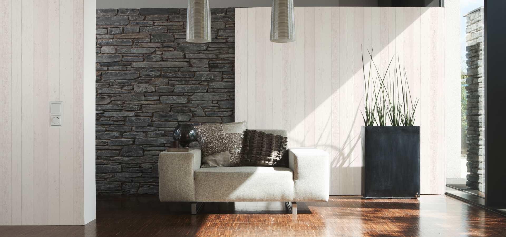 Bild von weißem Sofa und Steinwand
