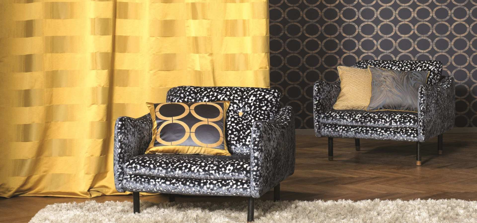 Wohnzimmer Tapete grau und Gardine in gelb