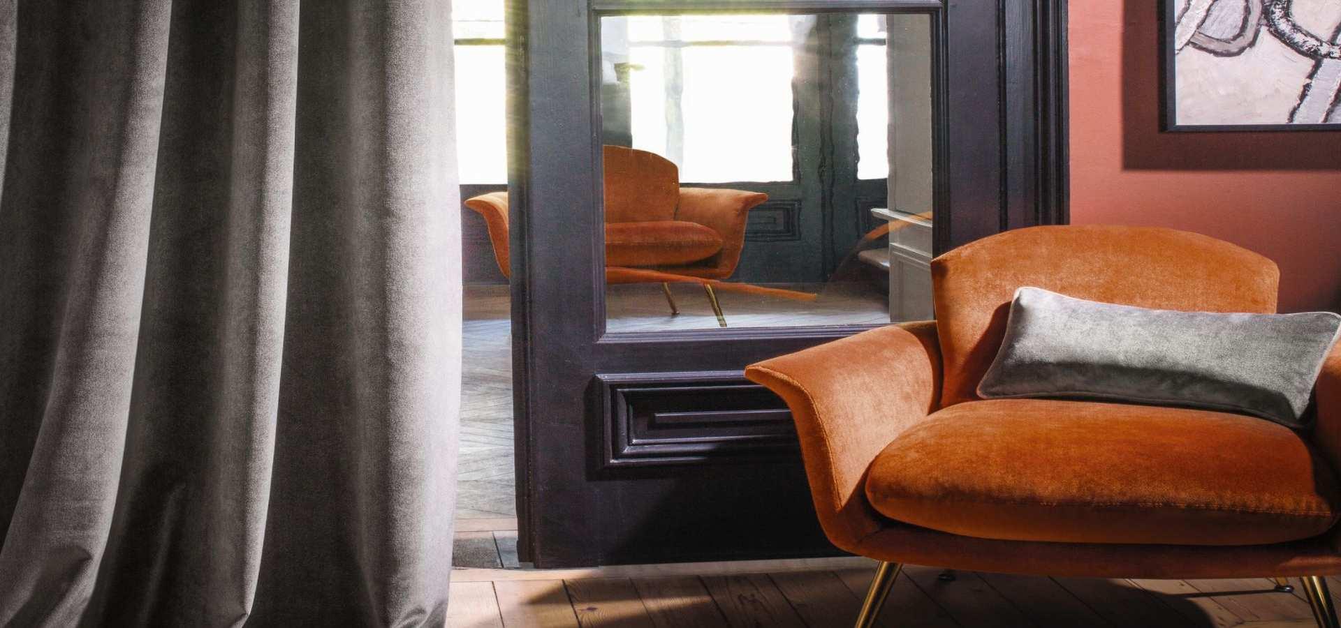 Bild Wohnzimmer Gardine und Sessel mit Samtstoffen Wohnzimmer Ga
