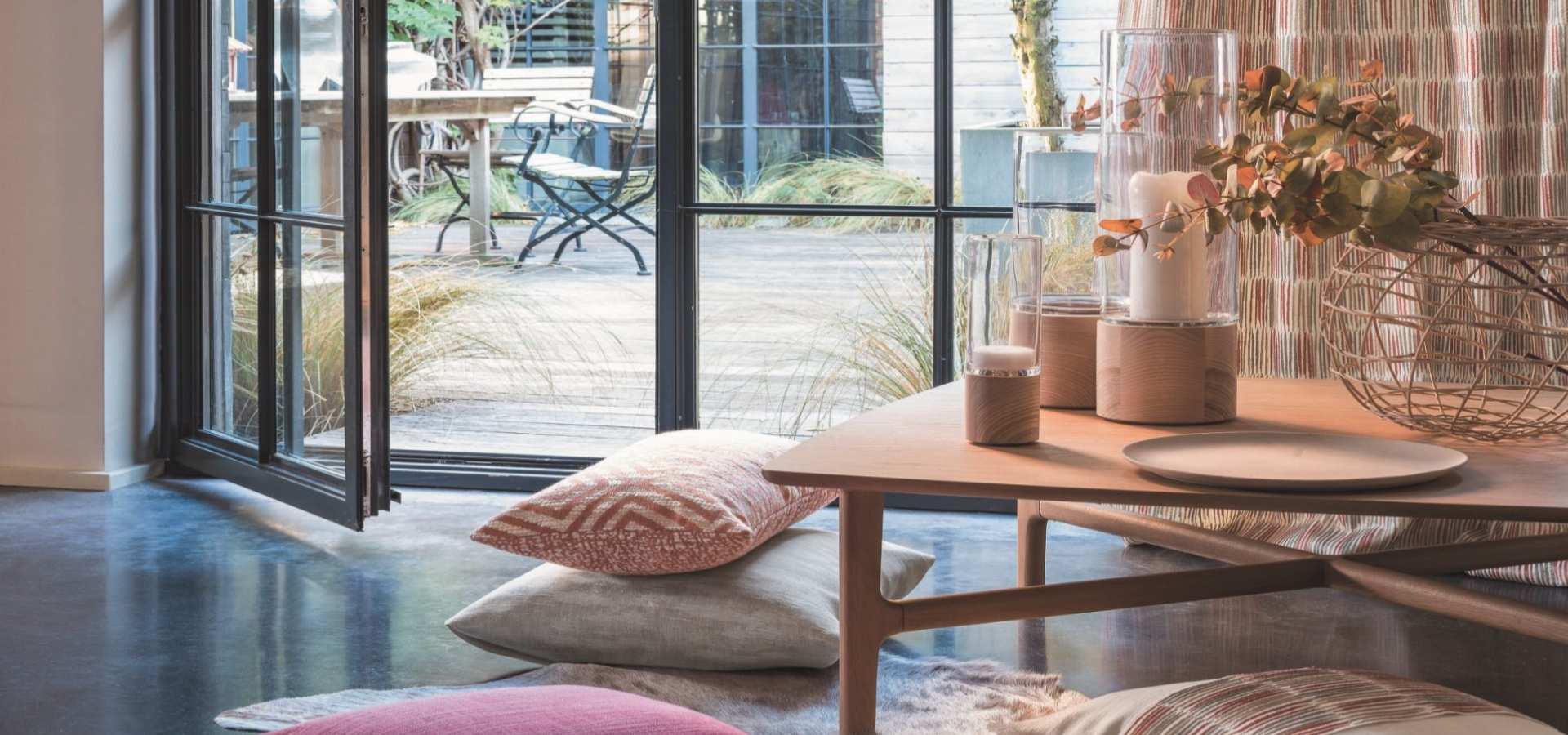Bild Wohnzimmer Gardine und Kissen bunt gesrichelt