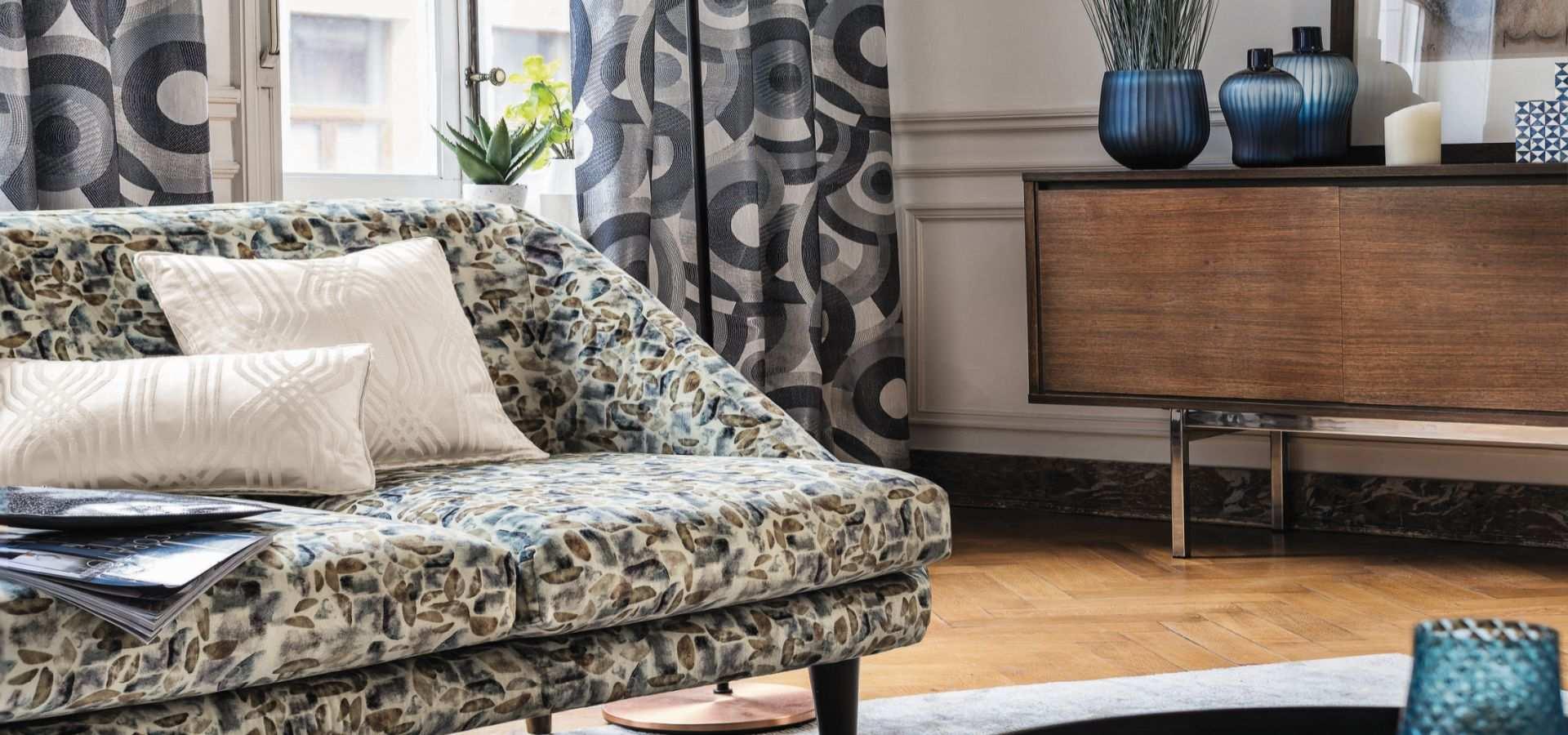 Wohnzimmer modern Gardine und Sofa grau beige