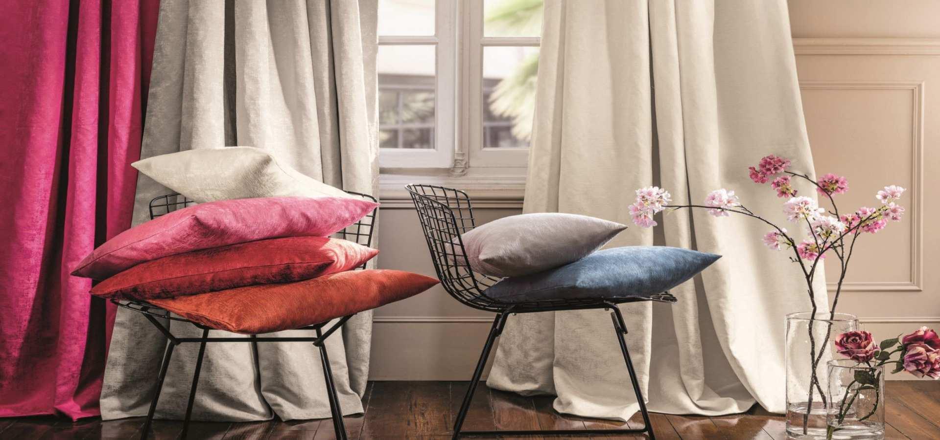 Bild Wohnzimmer klassisch Gardine und Kissen in Leinen