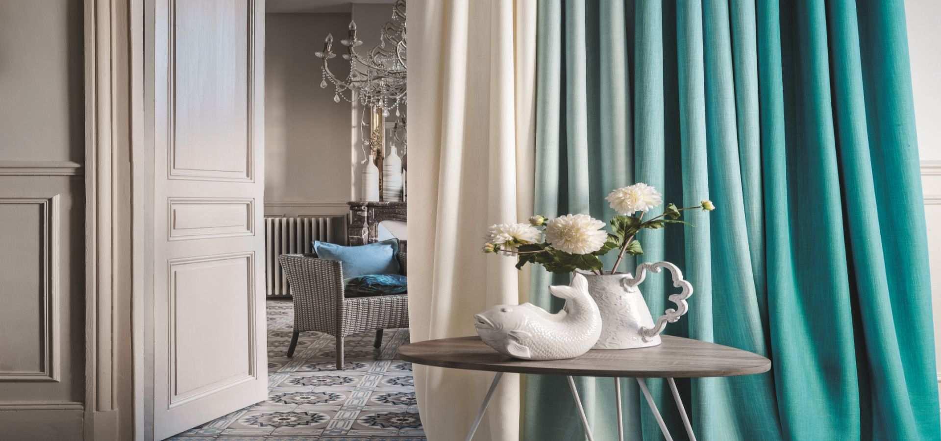 Bild Wohnzimmer klassisch Gardine türkis und beige
