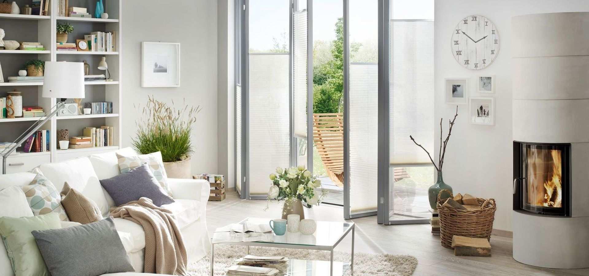 Bild Sonnenschutz weiße Plissees Wohnzimmer