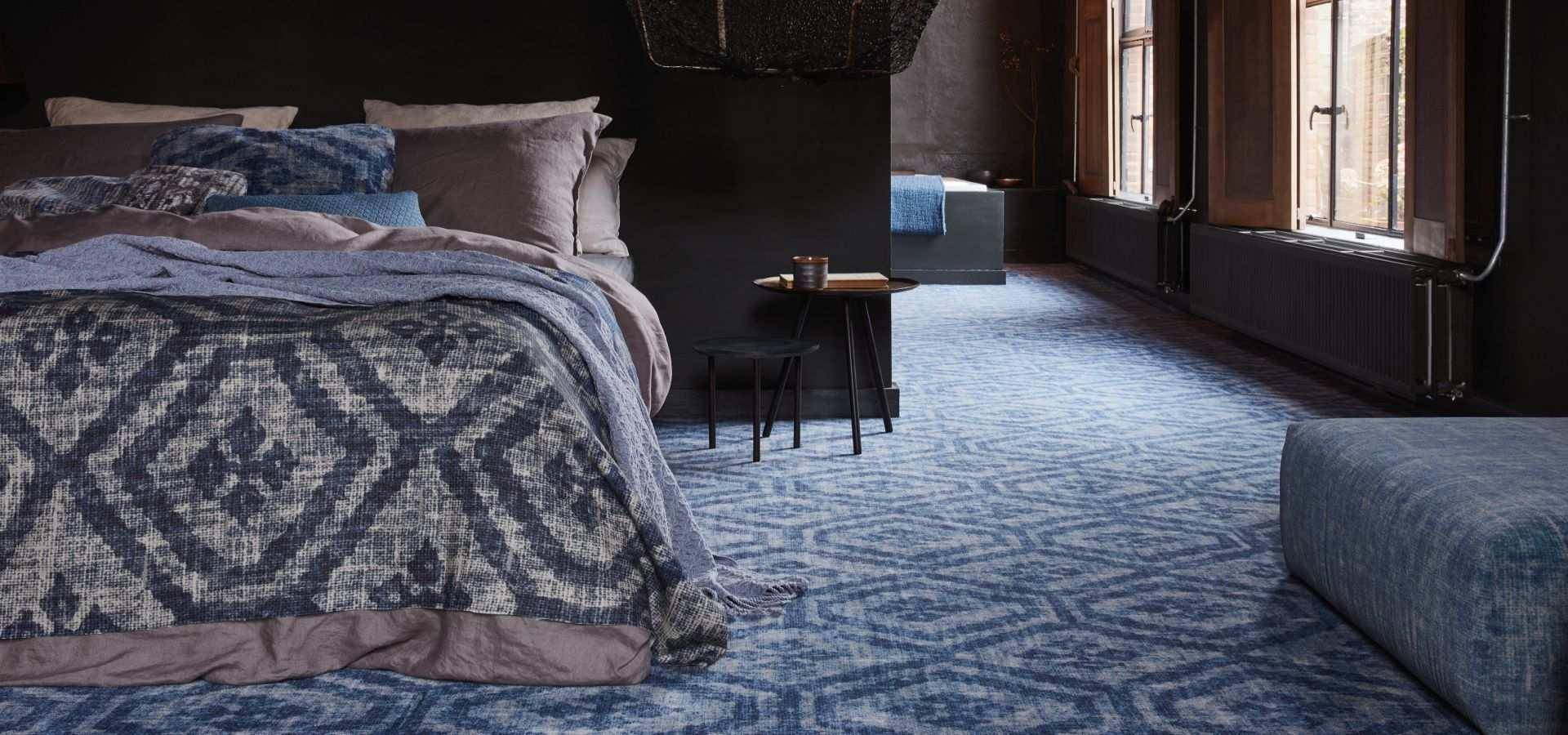 Schlafzimmer Teppichboden blau mit Ornamenten