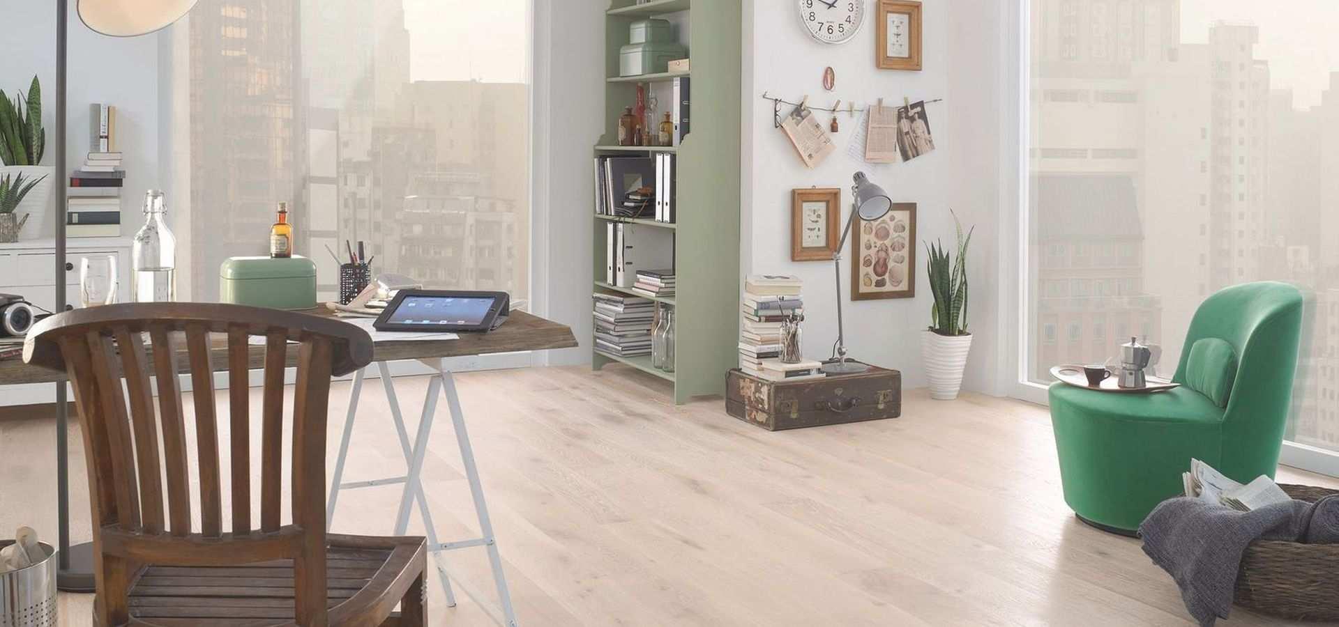 Bild: Arbeitszimmer heller Holzboden