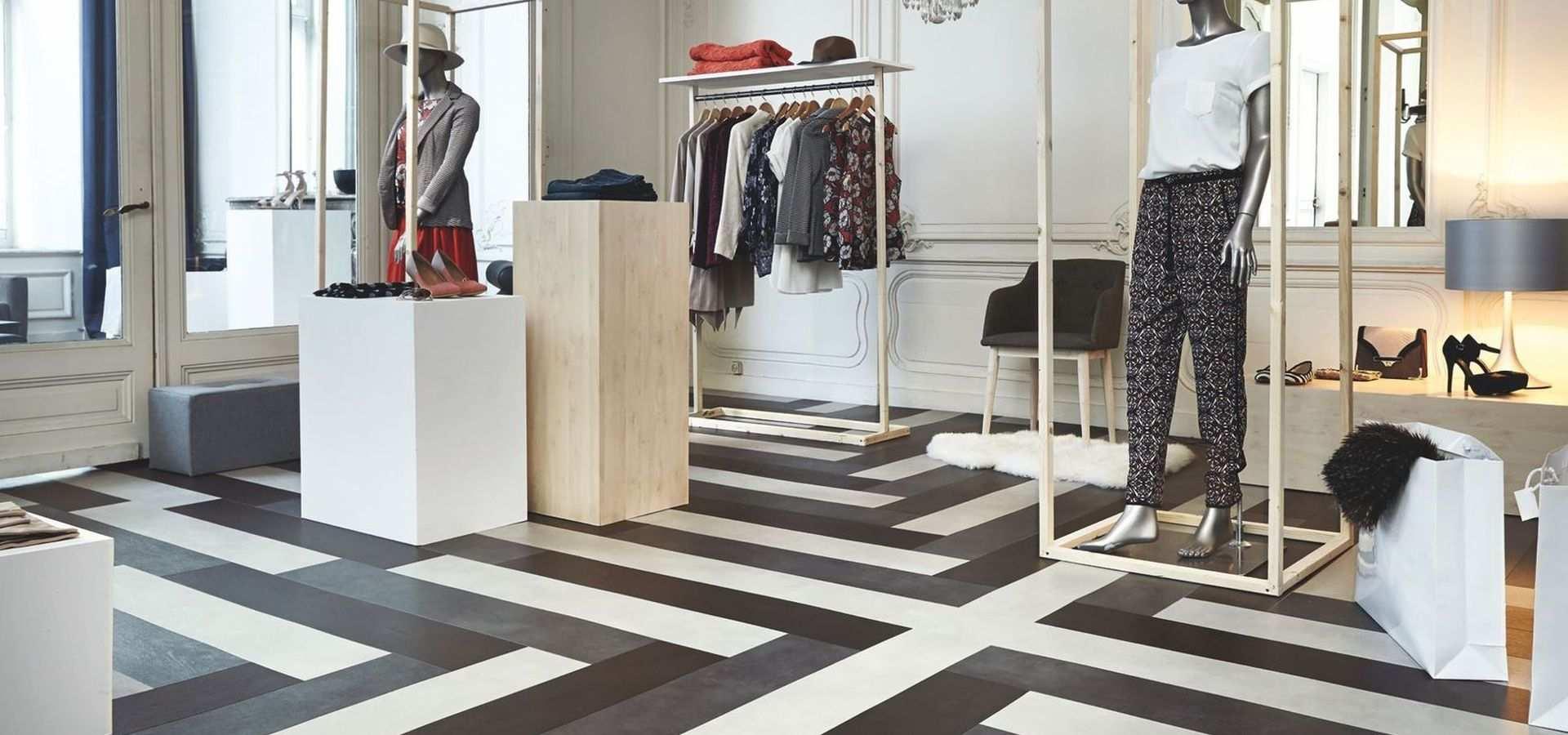 Bild: Verkaufsraum mit schwarz-weiß Boden