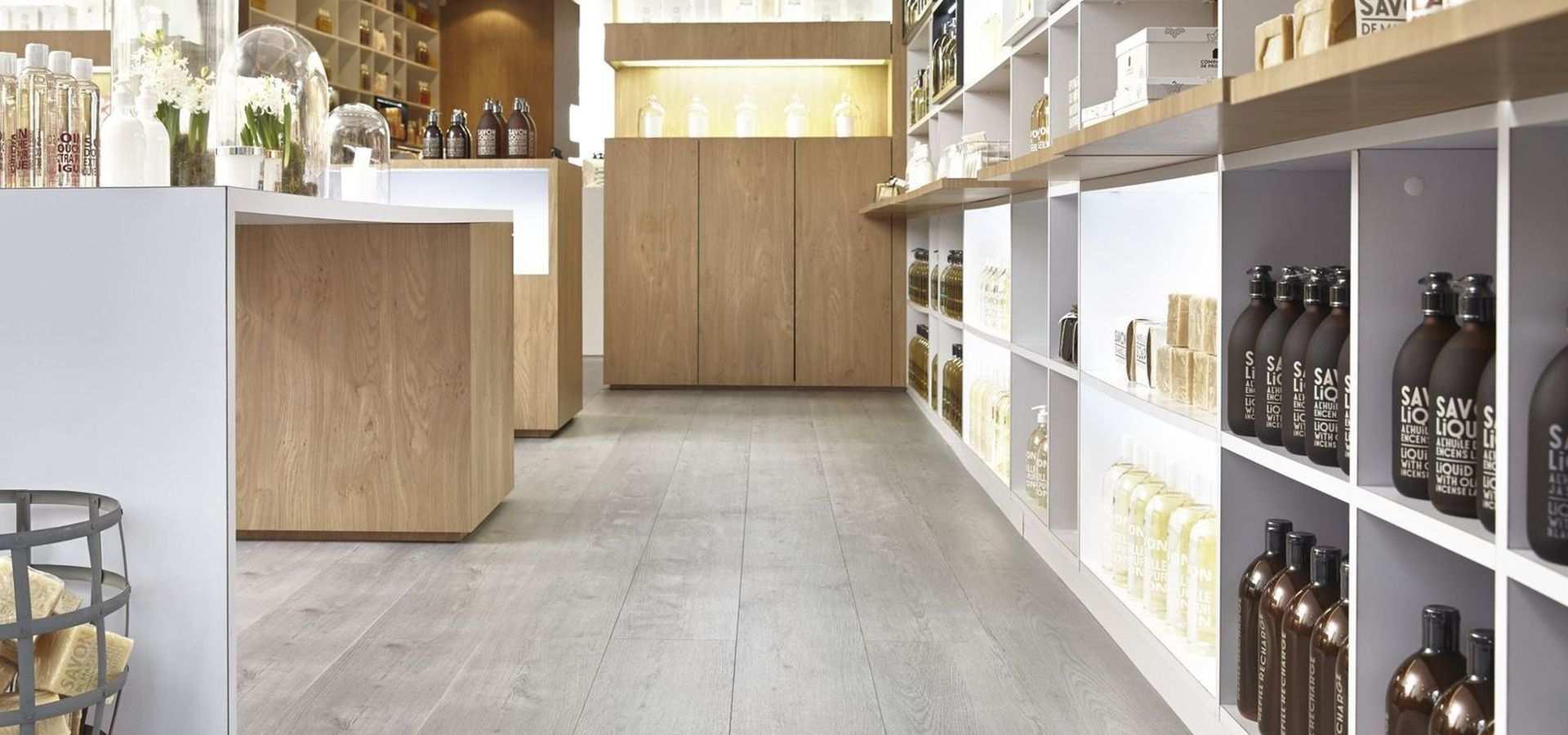 Bild: Verkaufsraum mit gekalktem Holzboden