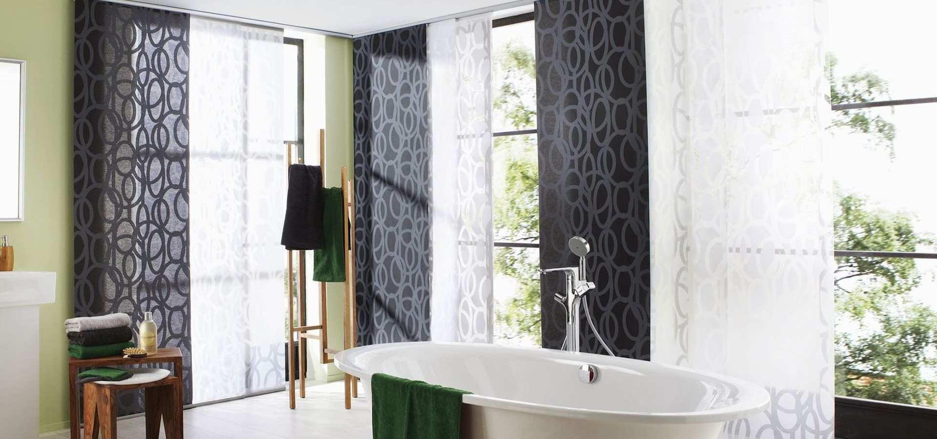 Bild modernes Bad mit Flächenvorhang schwarz