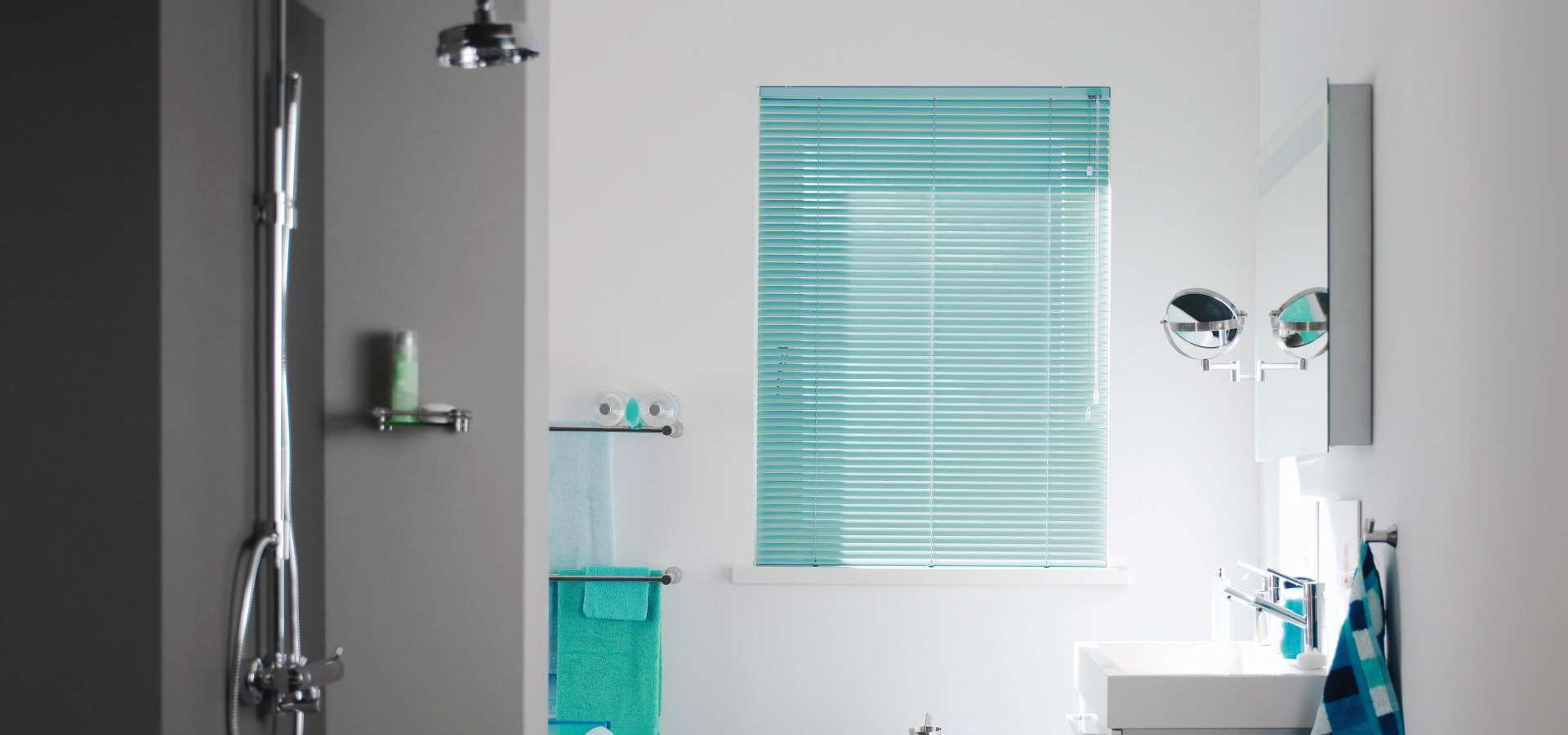 Bild Badezimmer mit Jalousie mint