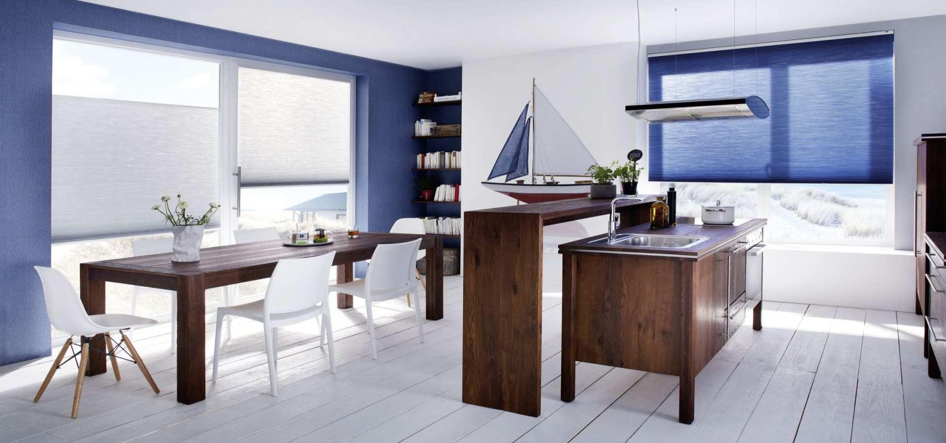Bild Küche Duette Sonnenschutz Plissee blau weiß kombiniert