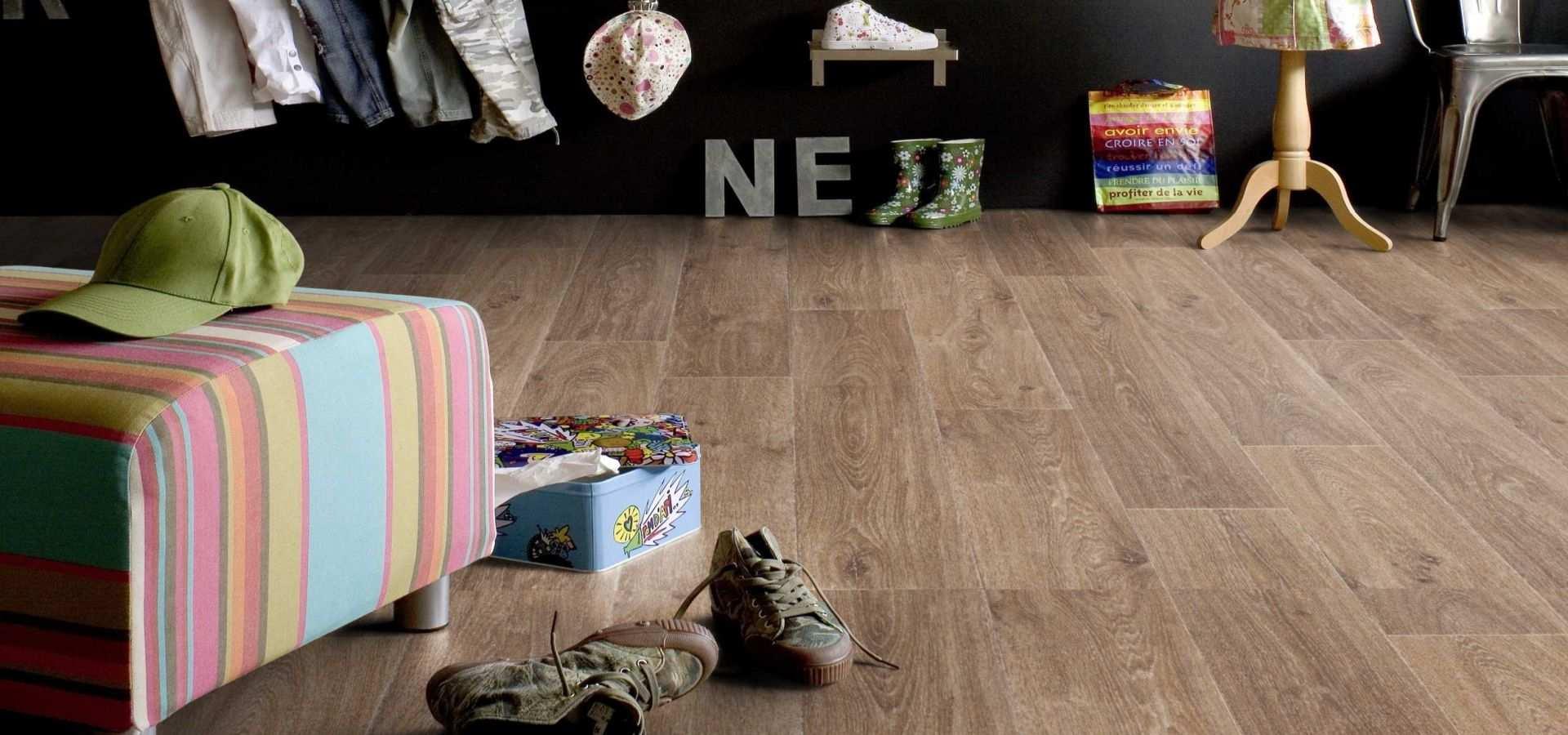 Bild Kinderzimmer CV Belag Holz dunkel